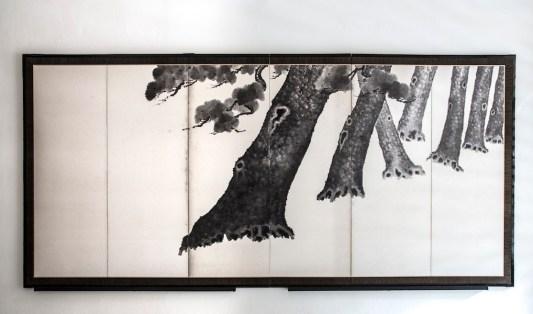 Nakata Shinbei, Paravento giapponese a sei ante (uno di una coppia) raffigurante una scenografica sequenza di pini, Periodo Taishō - Shōwa (1912-1926 / 1926-1989), inchiostro su carta (sumi-e), 175x369 cm, Courtesy Paraventi Giapponesi – Galleria Nobili, Milano