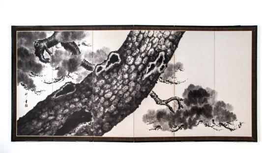 Nakata Shinbei (firmato), Paravento giapponese a sei ante (uno di una coppia) raffigurante il tronco maestoso di un antico pino, Periodo Taishō - Shōwa (1912-1926 / 1926-1989), inchiostro su carta (sumi-e), 175x369 cm Courtesy Paraventi Giapponesi – Galleria Nobili, Milano