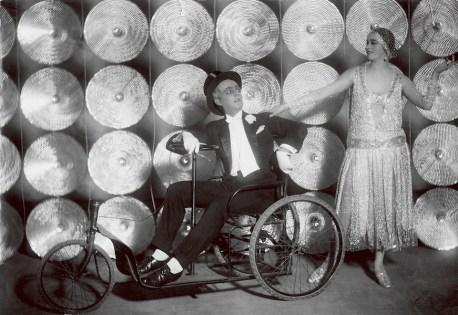 Francis Picabia, Jean Börlin und Edith von Bonsdorff in «Relâche», 1925, Silbergelatineabzug, 17.5x25 cm, Dansmuseet - Museum Rolf de Maré, Stockholm © 2016 ProLitteris, Zürich