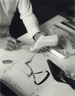 Michael Roberts, Manolo Blahník al lavoro, 2002. Courtesy Michael Roberts