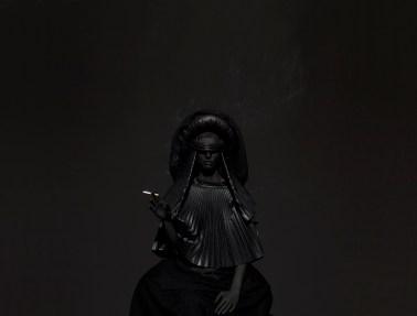#011 mustafa sabbagh, onore al nero untitled, 2014 stampa fine art su dibond, cm 150x200 ed.1 di 5 + 1 PA © mustafa sabbagh