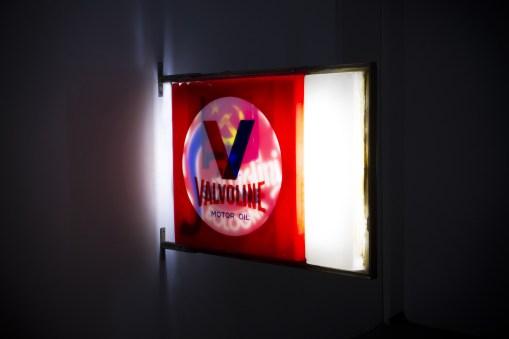 Flavio Favelli, Mille Luci (Valvoline), assemblaggio di insegne, 94x132x10 cm, 2017. Foto: Trapezio Roveda