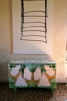 Mondocleto. Il design di Cleto Munari, veduta della mostra (Cleto Munari con Sandro Chia), Villa Pisani Bonetti, Bagnolo di Lonigo (VI)
