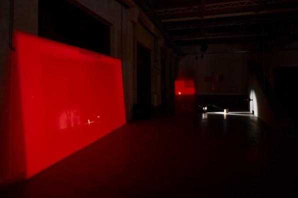 """Rosa Barba, """"From Source to Poem Rhythm Reader"""", veduta della mostra, Pirelli HangarBicocca, Milano, 2017 Courtesy dell'artista e Pirelli HangarBicocca, Milano Foto: Agostino Osio"""