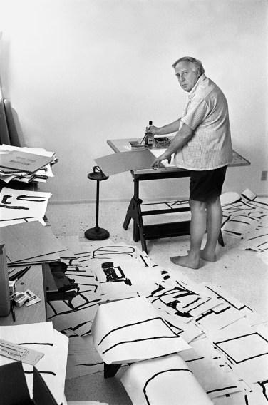 """Philip Guston lavora ai """"disegni puri"""". Foto di Renate Ponsold"""