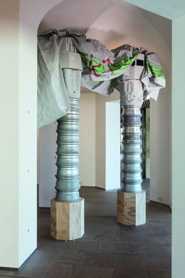 Nero/Alessandro Neretti, sisters, 2017, legno di pino multistrato, cerchioni in alluminio recuperati, terracotta, cemento, telo di plastica recuperato 343 x 296 x 77 cm courtesy dell'artista foto Andrea Piffari