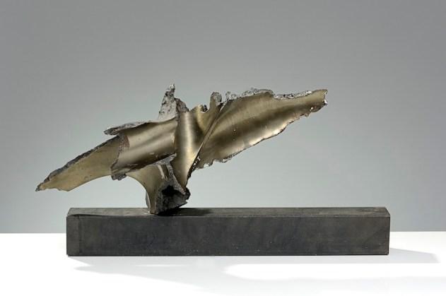 Francesco Somaini, Racconto sul cielo, 1961, ferro grafitato con lucidi parziali ripreso dallo scultore con elettrodo, 26.5x43.5x21 cm