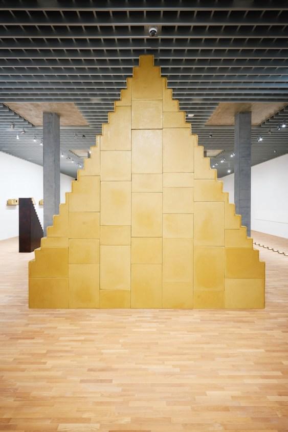 Wolfgang Laib, Es gibt keinen Anfang und kein Ende, 1999, cera d'api, struttura in legno, 620x130x570 cm Collezione privata © 2017 Hartmut Nägele