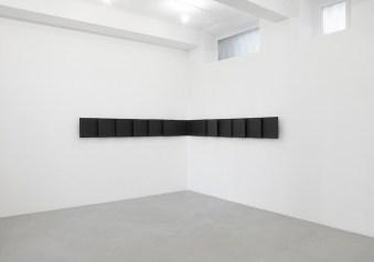 Lesley Foxcroft, Milan corner, 2017, M.D.F. nero, 40x560x12 cm © A arte Invernizzi, Milano Foto Bruno Bani, Milano