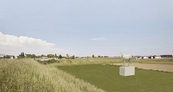 Alberto Garutti, I ritratti dei cavalli e dei cani che vivono nel podere sono i custodi di questo paesaggio. L'opera è dedicata a loro e alle persone che passando di qui vedranno questi estesi campi coltivati come un grande giardino, 2017