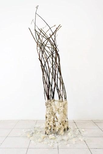 Francesca Romana Pinzari, Foresta, 2017, rami di rovo e cristalli di allume di rocca, 50x50x160 cm Foto Andrea Veneri Courtesy Gilda Contemporary Art, Milano