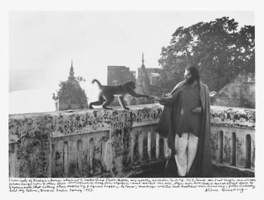Allen Ginsberg sul tetto della casa del brahmano, in cui lui e Orlovsky soggiornarono tra dicembre 1962 e maggio 1963, Benares, 1963, stampa alla gelatina d'argento, National Gallery of Art, Washington Donazione Gary S. Davis