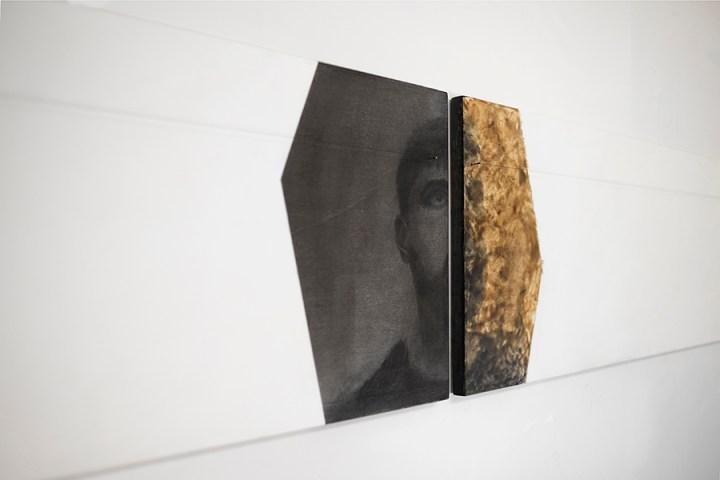 Alessandro Costanzo, Nell'intervallo, l'ampiezza del ricordo (dettaglio), 2017, tecnica mista su tavola, cera d'api, fili di cotone, chiodi, cm 31x264