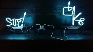 CK8 e SUF! (Cuoghi Corsello), sculture al neon, Tutti nudi, Labs Gallery, 2018