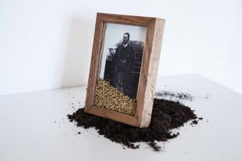 Silvia Bigi, Vergine Giurata #1 (installation view), 2017, dalla serie L'albero del latte. Installazione: stampa inkjet su dibond, cornice in rovere, vetro museale, semi e terra, dimensioni variabili. Cornice: 20x30 cm