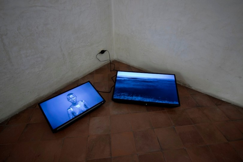 Mustafa Sabbagh, http 502: bad gateway, 2017, frame da installazione audio/video: 2 video HD su schermi lcd, colore, sonoro, durata 3'55'', loop Courtesy l'artista (veduta della mostra)