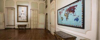 Alighiero Boetti. Perfiloepersegno, veduta della mostra (Mappa, 1989, ricamo su tessuto, cm 127.8 x 231.7), Museo Civico Palazzo Mazzetti, Asti Foto Enzo Bruno