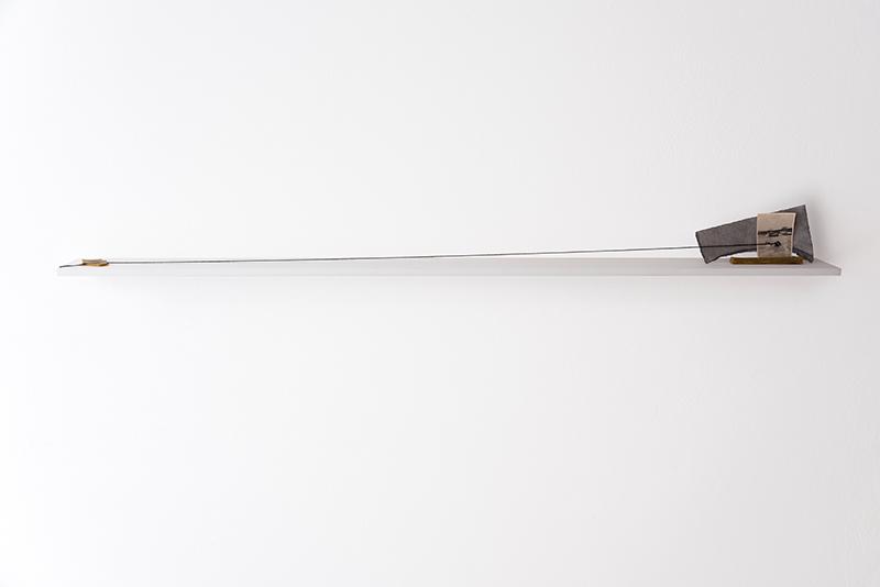 Alessandro Costanzo, Attraversare lo stretto, 2018, installazione su tavola, cera d'api, carta cotone, filo di lana, fotografia analogica, cm 14x150x10