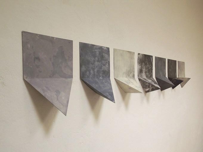 Thomas Scalco, Senza titolo (trofei), 2017, pittura ad olio ed acrilico su carta, cm 30x150 (cm 30x21 cad. circa)_veduta laterale