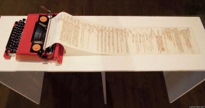 Donatella Lombardo, Rimediazioni analogiche, 2015, macchina per scrivere modello Olivetti Valentine, rotolo di stoffa, stampa digitale, ricamo, ago, filo colorato, 14x122x33 cm (misure comprensive di supporto 90x145x40 cm) Foto courtesy Fabio Sgroi (Maurizio Caldirola Arte Contemporanea, Monza)