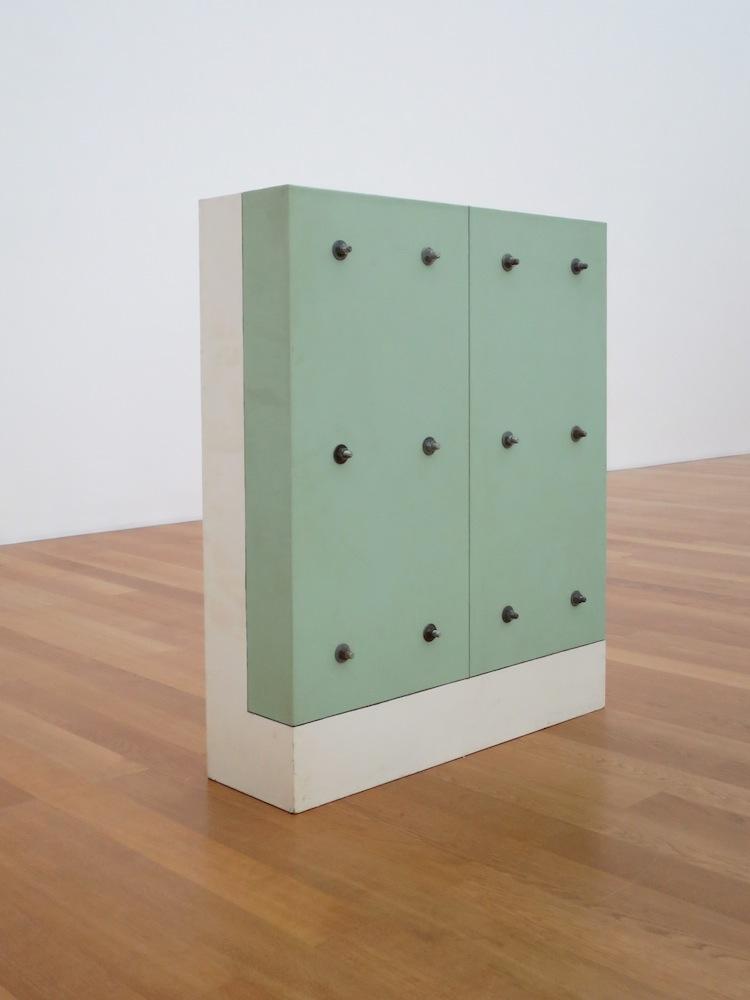Gary Kuehn, Bolt Piece, 1965, legno, fibra di vetro, bulloni d'acciaio, 108x91.4x25.4 cm Collezione privata, Uerikon, Svizzera Foto Cindy Hinant, New York