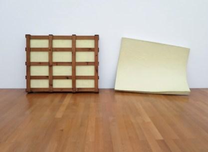 Gary Kuehn, Untitled, 1969, fibra di vetro, legno, 168x488x50 cm Courtesy Häusler Contemporary München | Zürich Foto Cindy Hinant, New York