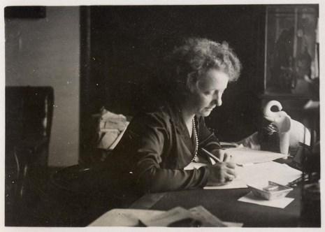 Margherita Sarfatti allo scrittorio nello studio di un suo appartamento romano, 1930 ca., Mart, Archivio del '900, Fondo Sarfatti
