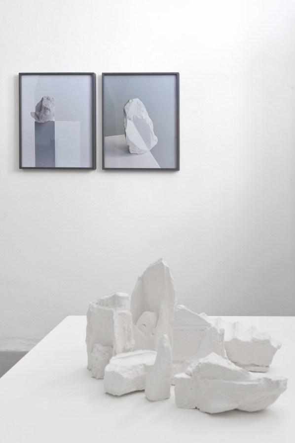 """Veduta della mostra """"Impronte. Scultura e fotografia nel lavoro di Nicolò Cecchella, Darren Harvey-Regan e Marco Maria Zanin"""". Courtesy Passaggi Arte Contemporanea, Pisa"""