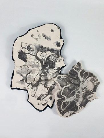 Eva Reguzzoni, Fotogrammi, terraglia bianca impressa e ingobbiata con manganese, 2018