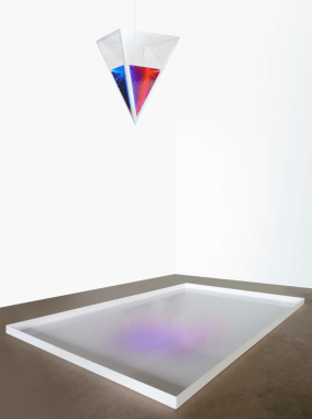 David Lascaris Fluido di Genere plexiglass, alluminio, acqua, colore, plexiglass, aluminum, water, color 120x180x5cm (vasca/tank) 60x40x40cm (piramide) 2018 Courtesy Breed Art Foundation (Amsterdam)