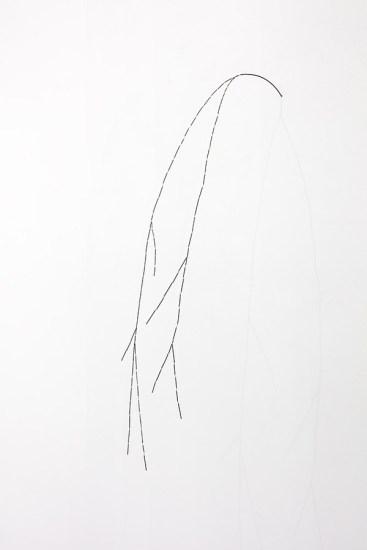 Joana Escoval, La notte e il vento II, 2019, argento e oro, 100x30x52 cm Courtesy dell'artista e Vistamare. Vistamarestudio, Pescara / Milano. Fotografia di Filippo Armellin