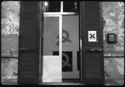 Vista della mostra: entrata della Galleria Milano da Via Turati 14 Foto di Carla Pellegrini Courtesy Galleria Milano, Milano