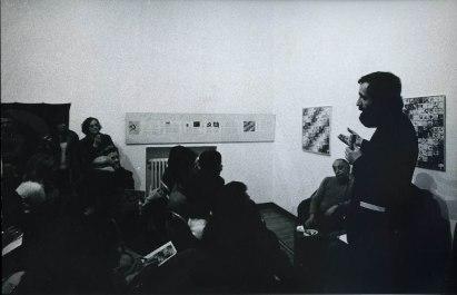 Serata dell'inaugurazione, 9 aprile 1973, Galleria Milano: Enzo Mari prende parola Foto di Alberto Gnesutta Courtesy Galleria Milano, Milano