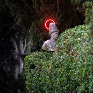 Serena Fineschi, The Helpers, 2021, lampade led rosso. Courtesy l'artista. Photo credits: Claudio Seghi Rospigliosi