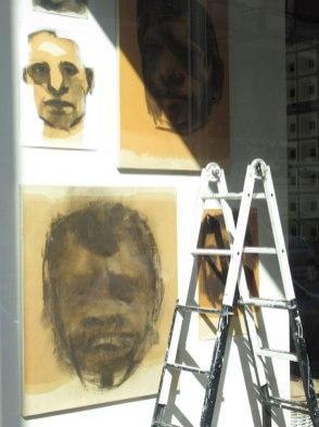 Alberto Goglio, Teste, 2006, carboncino e olio di lino su carta intelata, misure varie - Courtesy l'artista e Cultura In-attesa