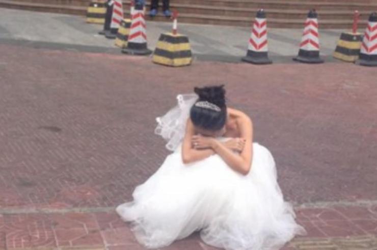 STAVILA MLADOŽENJU NA TEST: Na dan venčanja uradila je sledeće, a ONDA JE OSTALA DA PLAČE na ulici (VIDEO)