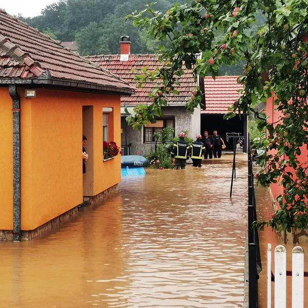 DRAMATIČNE SCENE DOLAZE ŠIROM SRBIJE! Iz poplavljenih kuća IZVLAČE DECU I STARE 3