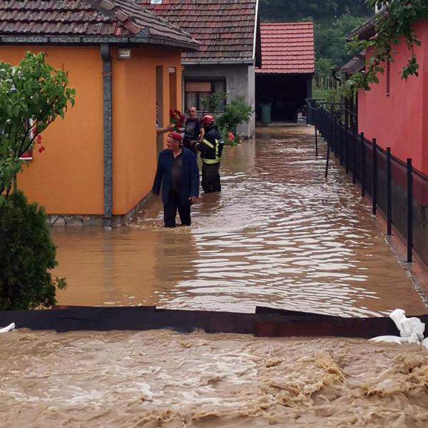 DRAMATIČNE SCENE DOLAZE ŠIROM SRBIJE! Iz poplavljenih kuća IZVLAČE DECU I STARE 1
