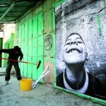 Les portraits d'enfants collés sur les murs