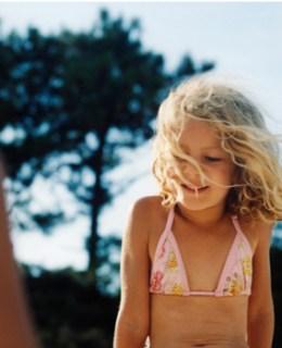 Enfant dans une bergerie durant un voyage en corse en famille