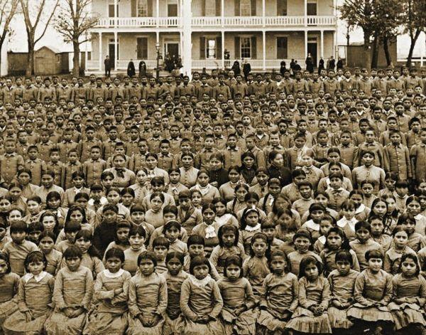 Célébrer le génocide - Conquête de Christophe Colomb d'Amérique - le gouvernement engagé dans une campagne d'assimilation culturelle, forçant des milliers d'enfants amérindiens dans des pensionnats