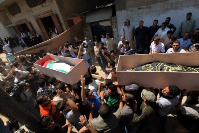 Funeral de três das vítimas dos bombardeamentos israelitas de sexta. Entre elas está uma criança de cinco anos.