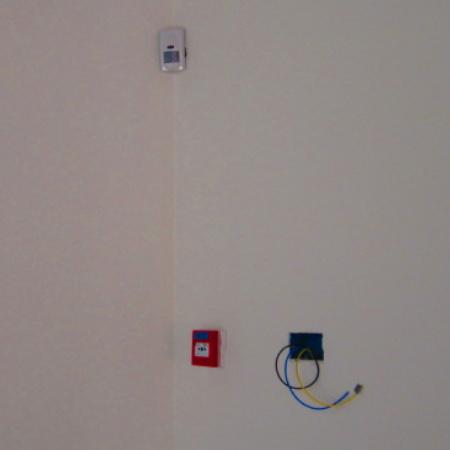 sensore di movimento, impianto antintrusione e pulsante allarme antincendio