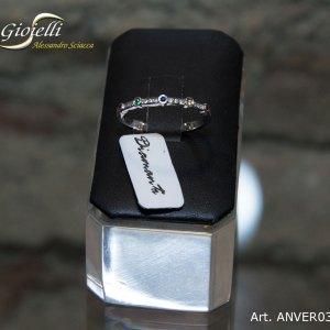 Anello veretta in oro bianco, con diamanti, zaffiri, rubini, smeraldo