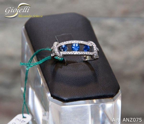 Anello in oro bianco con diamanti e zaffiri blu
