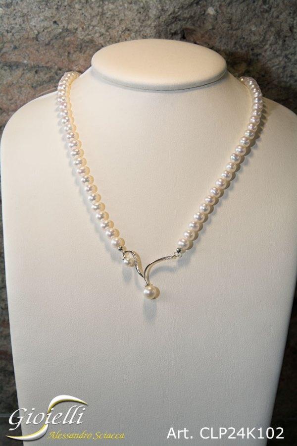 Collana in perle naturali acqua dolce provenienza Giappone, qualità AAAA ottimo oriente, nessuna imperfezione, forma sferica con centrale in oro bianco e diamanti