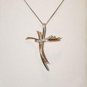 P0265K099 - Pendente croce stilizzata in oro giallo e bianco con diamanti.