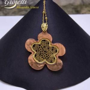 Collana in bronzo galvanizzato con pendente, fiore in resina, catena maglia rosario