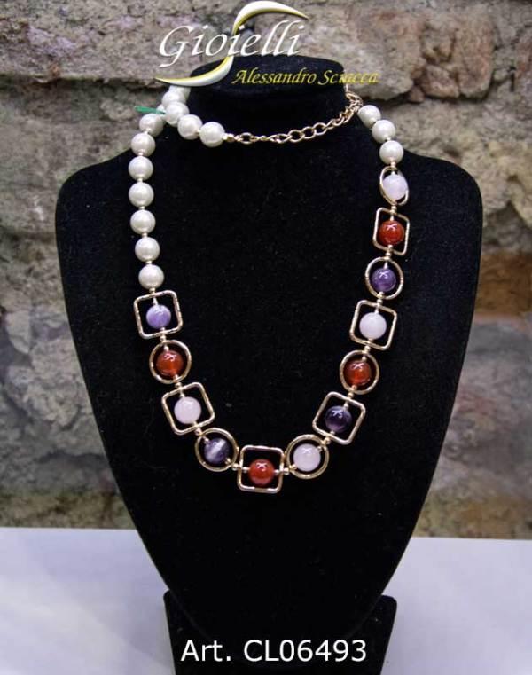 Collana realizzata con perle sintetiche, e centrale con pietre dure inserite in minuteria di bronzo dorato