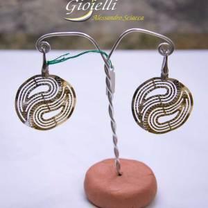 Orecchini in argento forma cerchio traforato, con chiusura monachella ad amo